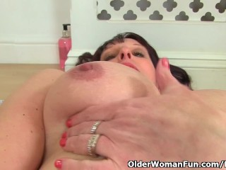 Brit cougar boyfriend faux-cocks her cooter in the shower