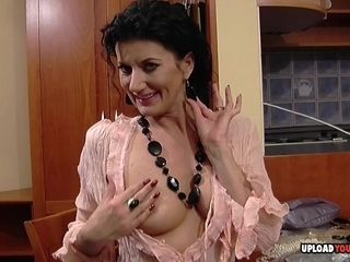Flirtatious mom shows off some amazing parts