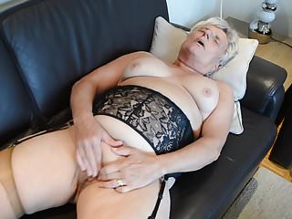 Granny Heidi yon Nylons