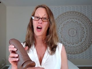 Big-Bottomed unexperienced cougar Plays With hefty faux-cock