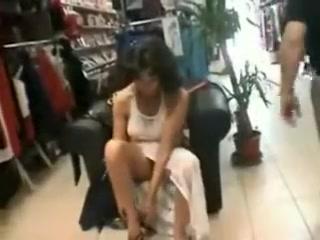 Une maman cougar essaye des lingeries et des accessoires de sexe dans une department store et se fait baiser chaudement the best shape le propriétair