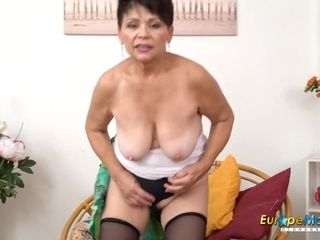 EuropeMaturE red-hot chick Solo Striptease and draining