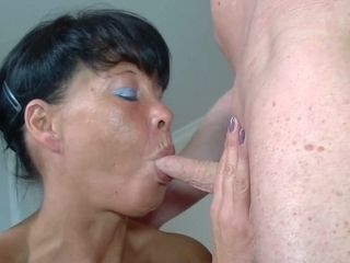 Senior black-haired mature has homemade hookup with oral