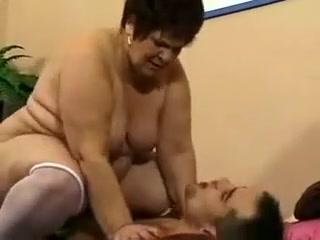 Un jeune type encule une grosse mamie sanas tabous
