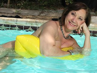 Wild mature girl fooling around with her cooter at the pool