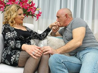 Crazy housewife getting a fine poke on the bed