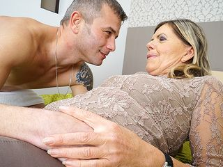 Wool frosted mature super-bitch gargling and fucking