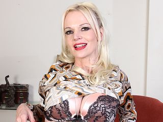 Crazy milf Veronica Moore loves showing her very muddy mind