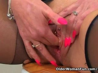 English cougar Shannon Blue finger plumbs her fanny