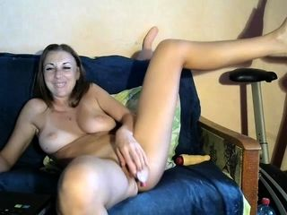 Inexperienced little2sluti demonstrating breasts on live cam