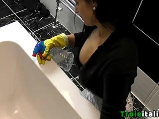 Donna delle pulizie troia mostra le tette